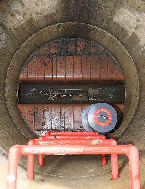 Funke Köderbox mit Gewicht im Kanalschacht